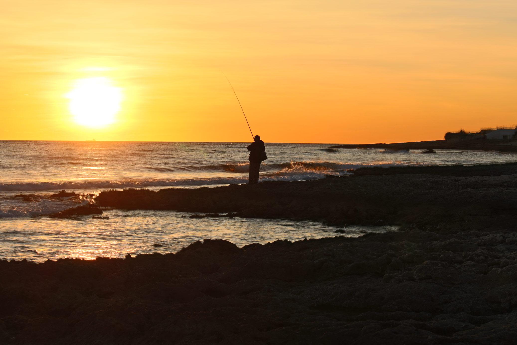 Fischer in der Abensonne am Meer